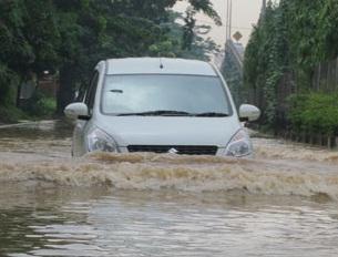 mobil terendam banjir