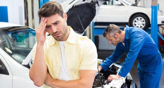 memperbaiki mobil