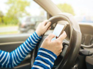 bermain ponsel saat menyetir